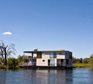 Mesmerising Africa – Houseboat, Chobe and Vic Falls
