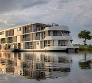 Zambezi Queen Houseboat Safari